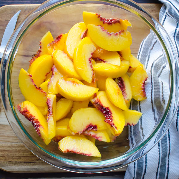 sliced peaches in a bowl