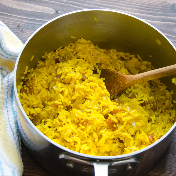 photo of rice after turmeric is mixed with the rice.