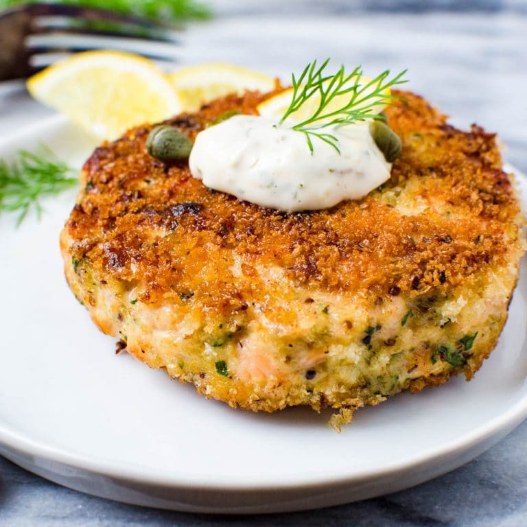 Crunchy salmon cakes with aioli and dill.
