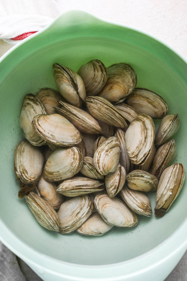 Soaking soft shell clams in fresh water.