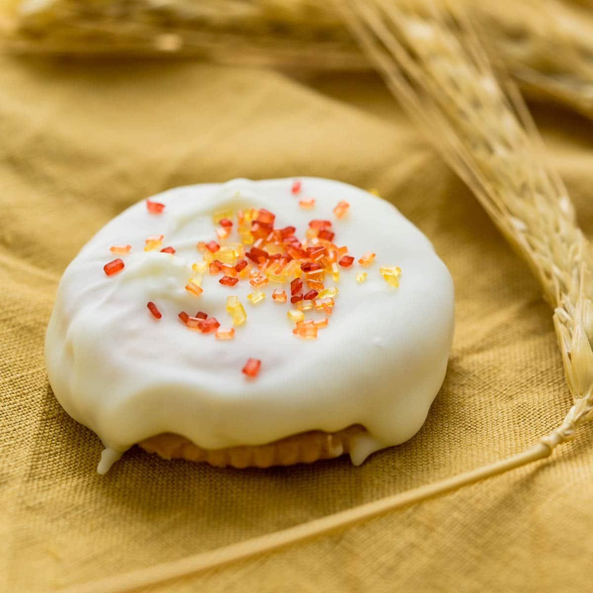 Halloween and fall inspired ritz fluffernutter cookies.