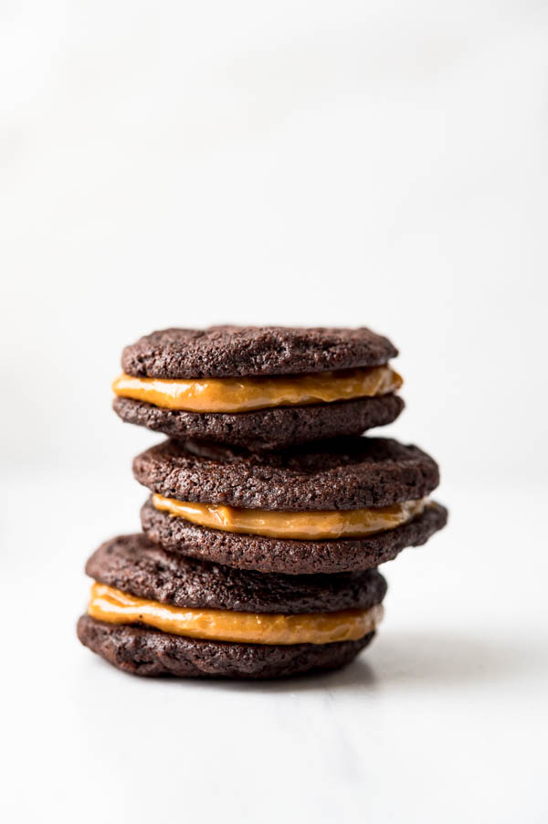 Sandwiching cookies with caramel sauce.